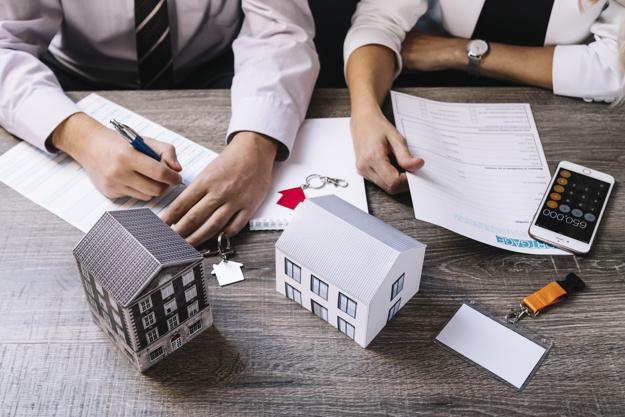 La signature d'un acte de vente immobilière devant un notaire